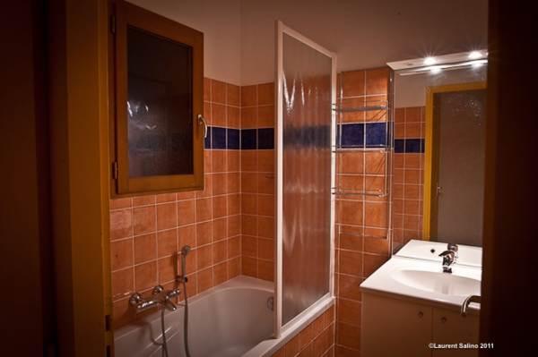 Salle de bain avec baignoire de l'appartement au 2ème étage