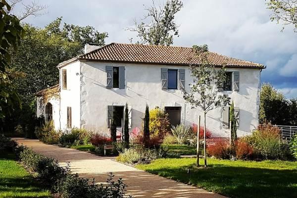 Lassenat est une ancienne ferme gasconne typique du 19ème siècle.