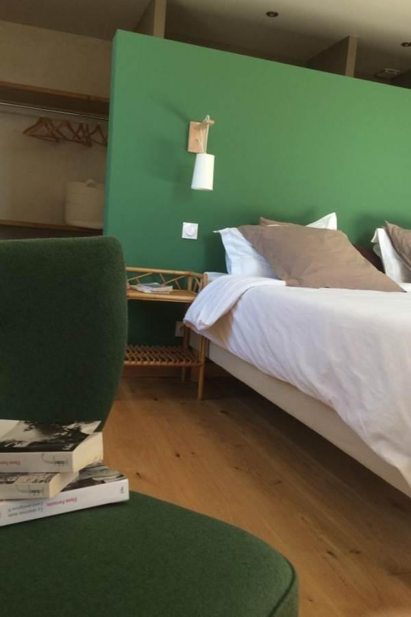 Lassenat, chambre Côté jardin, lumineuse et confortable