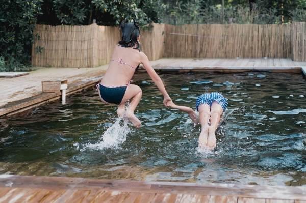 Plongeon dans l'eau douce de la piscine écologique, sans sel, ni chlore, ni phytofiltration