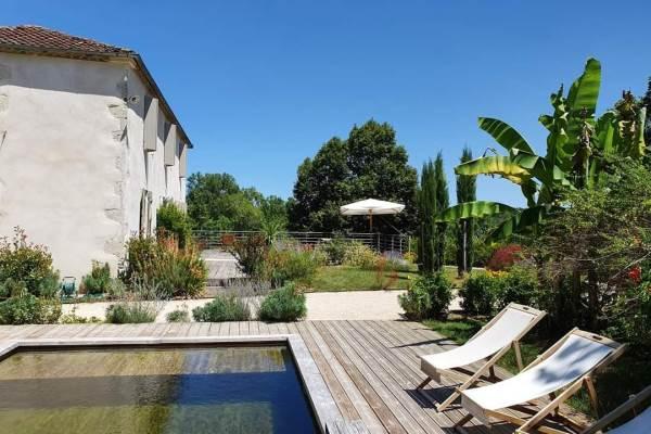 La maison d'Hôtes et sa piscine écologique sans chlore ni sel.