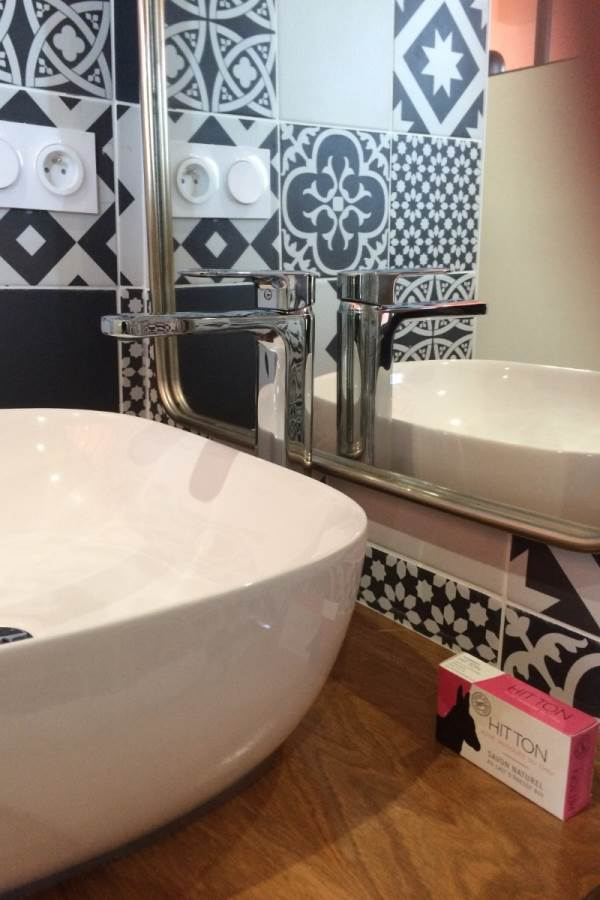 Côté terrasse, détail de la salle de bain