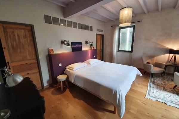 Lassenat, chambre Côté prairie, spacieuse et confortable.