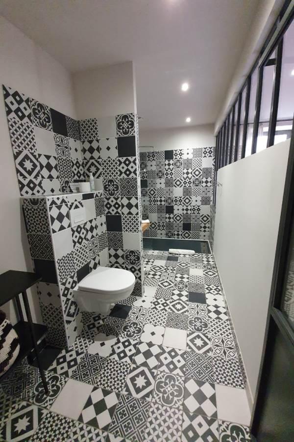 Chambre Côté terrasse, la salle d'eau accessible pmr
