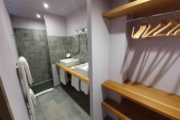 La salle d'eau Côté prairie, douche à l'italienne, dressing