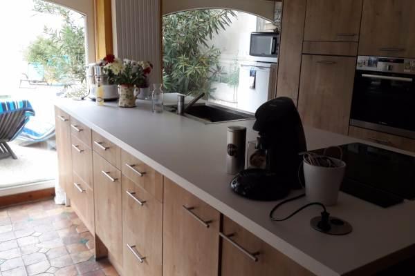 La cuisine toute équipée ouvrant sur la terrasse