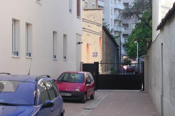 une place de parking et un garage privés;