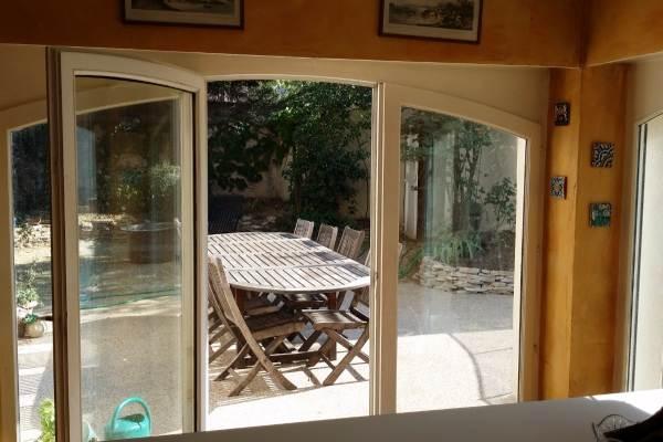 La cuisine ouvrant sur la terrasse et le jardin