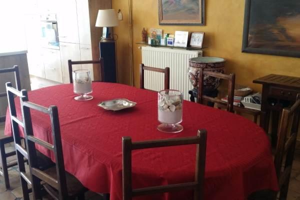 Une vaste pièce de réception avec salle à manger, salon, coin jeu avec billard et baby foot