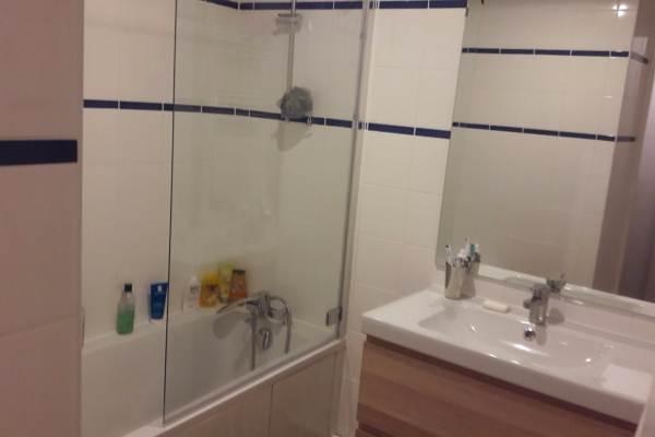 Une salle d'eau avec baignoire
