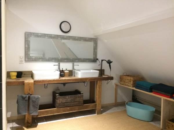 Salle de bain de l'étage, séparé des toilettes. Une salle de bain avec toilette séparé également au rez de chaussée