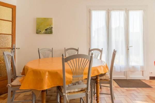 Salle à manger salon avec accès direct sur la terrasse plein sud