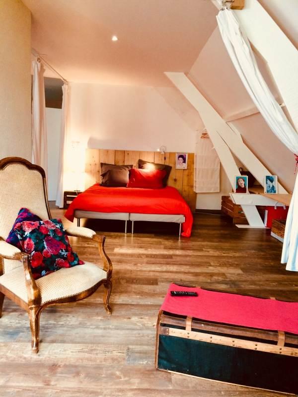 Chambre de 60 m² à l'étage: coin enfant, salon TV, lit gigogne, lit bébé et lit double