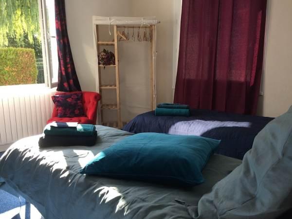 chambre bleu RDC avec lit Twin (2 lits simples qui peuvent se rapprocher). Vu sur le jardin