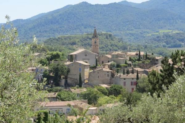 La vue sur le village depuis la piscine