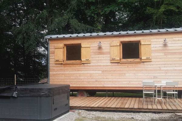 Hébergement insolite: Roulotte Libellule et son spa : 4 personnes dans le Parc Naturel de Chambaran St Pierre de Bressieux( Isère) près de l'aéroport de Grenoble St Geoirs