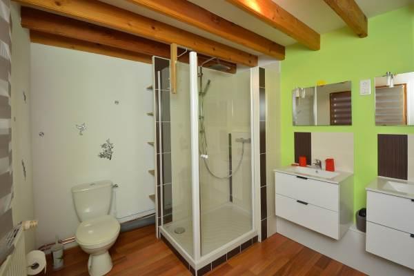 Salle d'eau double vasque et wc Gîte du Lavoir