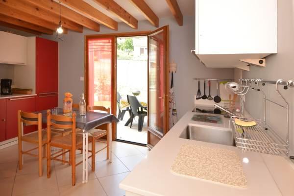 Cuisine spacieuse accès terrasse Gîte du Lavoir