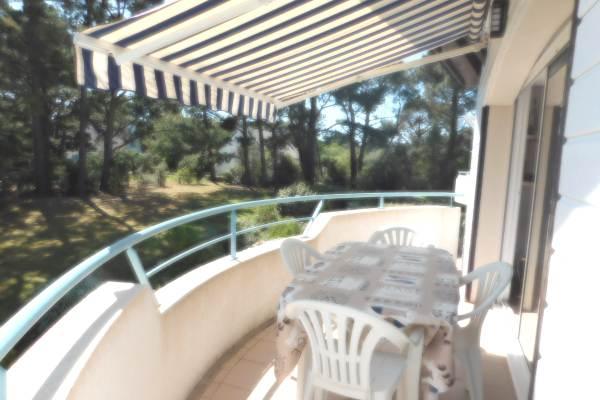 Balcon avec store banne et salon de jardin