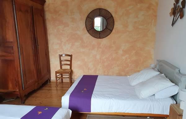 Chambre orange de 4 couchages au RC