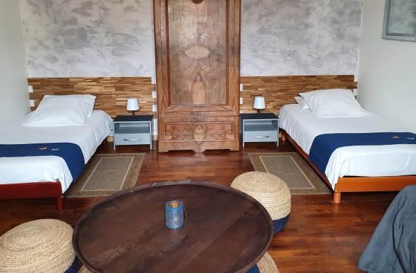 Chambre bleu aux 2 lits et 1 canapé lit