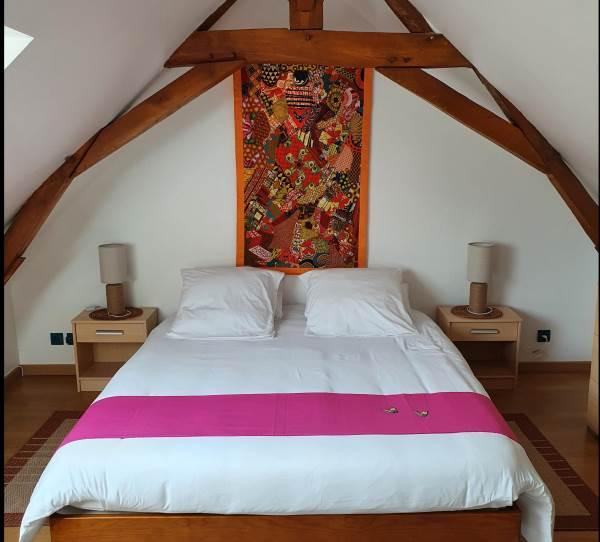 Chambre au grand lit à l'étage