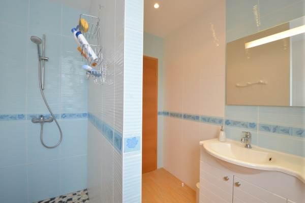 """Salle d'eau grande douche et double vasques Location """"Ma Deuxième Maison"""""""