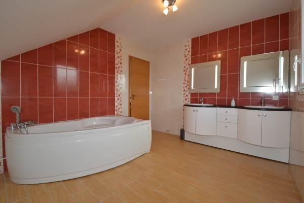 """Grande salle de bain avec double vasques Location """"Ma Deuxième Maison"""""""