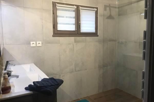 Salle d'eau avec douche à l'italienne au Gîte de Roudoulouse