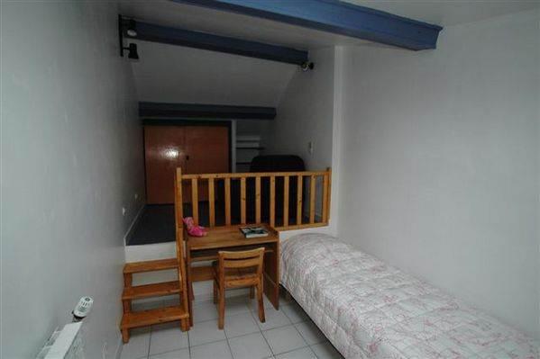 Deuxieme chambre au Gîte de Roudoulouse avec 1 lit simple et un canapé lit